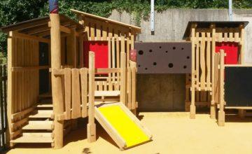 Bei dieser Spielkombination haben die Krippenkinder verschiedene Versteckmöglichkeiten, eine Rutsche und einen Kriechtunnel.